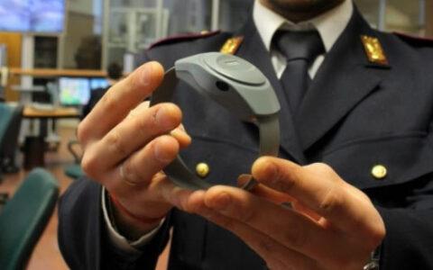 Braccialetto Elettronico - Hai presente quel braccialetto che viene applicato alla caviglia dei detenuti che possono risiedere ai domiciliari? Ecco, quel progetto che in tutto il mondo funzionava da anni, nel 2011 in Italia ancora non riusciva a partire.
